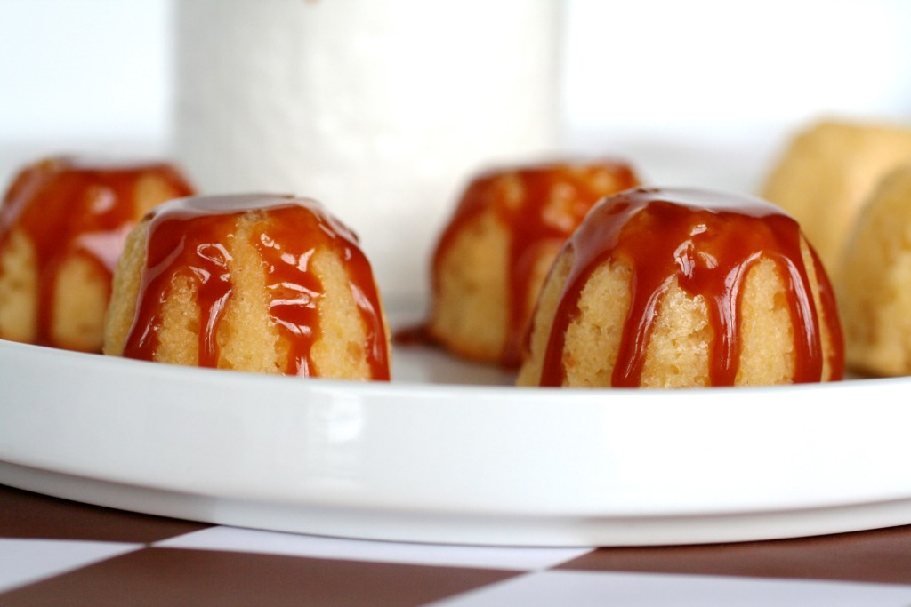 Miniature vanilla cakes with caramel sauce - recipe